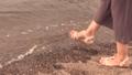 砂浜を歩く女性の足アップ 36163700
