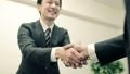 ビジネス 握手 サラリーマンの動画 36564073