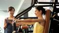 健身房肌肉训练中间女人训练图像 36605826