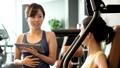 健身房肌肉训练中间女人训练图像 36605828