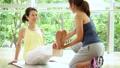 健身房中间妇女瑜伽锻炼图象 36653887