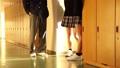 学校 人物 学生 廊下 放課後 談笑 36675351