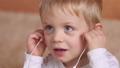 子供 少年 ヘッドフォンの動画 36789464