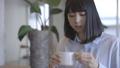 一個女人在一家咖啡館 36875583