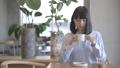 一個女人在一家咖啡館 36875588
