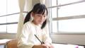 小学生 女の子 教室 勉強 37105404