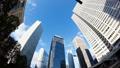 東京新宿Timelapse摩天大樓看超級廣角雲流動在藍藍的天空向上傾斜 37110292