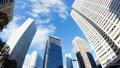 看超級廣角的東京新宿Timelapse摩天大樓流動在藍天的雲彩狹窄 37110293