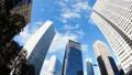 看超級廣角的東京新宿Timelapse摩天大樓流動在藍天平底鍋的雲彩 37110294