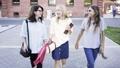 ストリート 女性 ウォーキングの動画 37347996