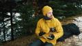 男 フラスコ 森林の動画 37383774