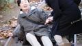 階段で転んだ高齢者・屋外 37416442