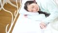 女性 寝る パジャマの動画 37450332