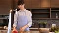 一個女人在廚房裡 37662121