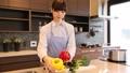 一個女人在廚房裡 37662124
