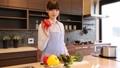一個女人在廚房裡 37662127