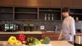 一個女人在廚房裡 37662128