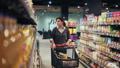 選ぶ 消費者 買い物客の動画 37787275