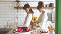 女性 キッチン 料理の動画 38094490
