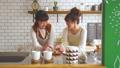 女性 キッチン 調理の動画 38100081