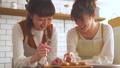 女性 キッチン 調理の動画 38100083