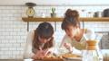 女性 キッチン 調理の動画 38100086