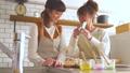 女性 キッチン お菓子作りの動画 38100187