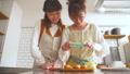 女性 キッチン お菓子作りの動画 38100375