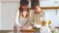 女性 キッチン お菓子作りの動画 38100377