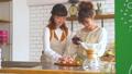 女性 キッチン お菓子作りの動画 38100379