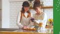 女性 キッチン お菓子作りの動画 38100380