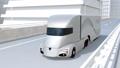 在高速公路上行驶的银色自驾车电动卡车 38186556
