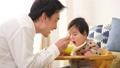 離乳食 父親 赤ちゃんの動画 38466068