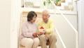 家の模型を持つシニアカップル フィックス 38882148