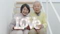 LOVEを持つシニアカップル 38882156