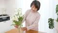 花を生けるシニア女性 38882157