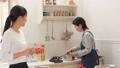台所 キッチン 母娘の動画 38916444