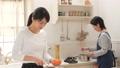 台所 キッチン 母娘の動画 38916445