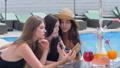 仲間 女 女の人の動画 39231534