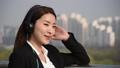 음악을 듣고 있는 여성 비즈니스맨 39398462