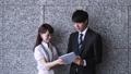 タブレットPCを手に会話する男女(ビジネスイメージ) 39504346