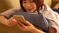 女性 スマホ ソファーの動画 39929533