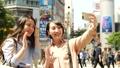 採取與智能手機的東京旅遊婦女selfie 40019922
