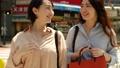 在購物中走澀谷的兩個女人 40062302