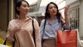 走過城市與購物的婦女 40062393