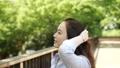 一个抬起头发的女人 40158390