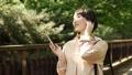女性 歩く スマホの動画 40182479