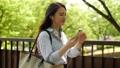 女性 歩く スマホの動画 40182480