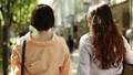 後面觀點的婦女並行走Omotesando 40183272