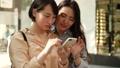 スマホを一緒に見る女性2人 40183273